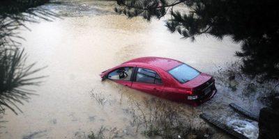 Autos quedan atrapados en paso bajo nivel en Valparaíso