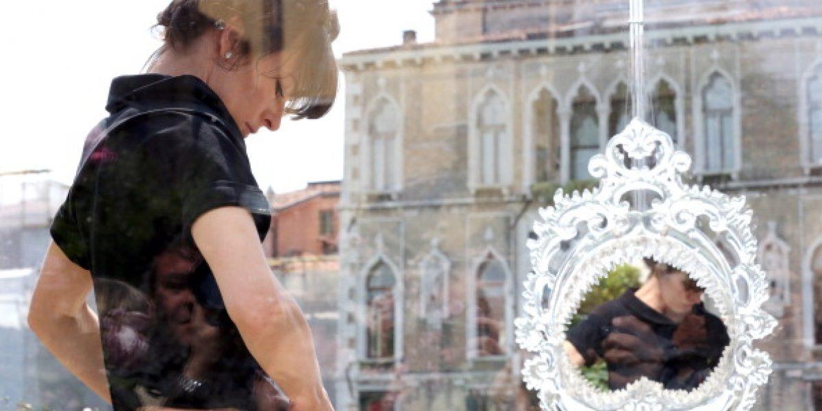 Milla Jovovich capta la atención por encierro artístico en una pieza de cristal