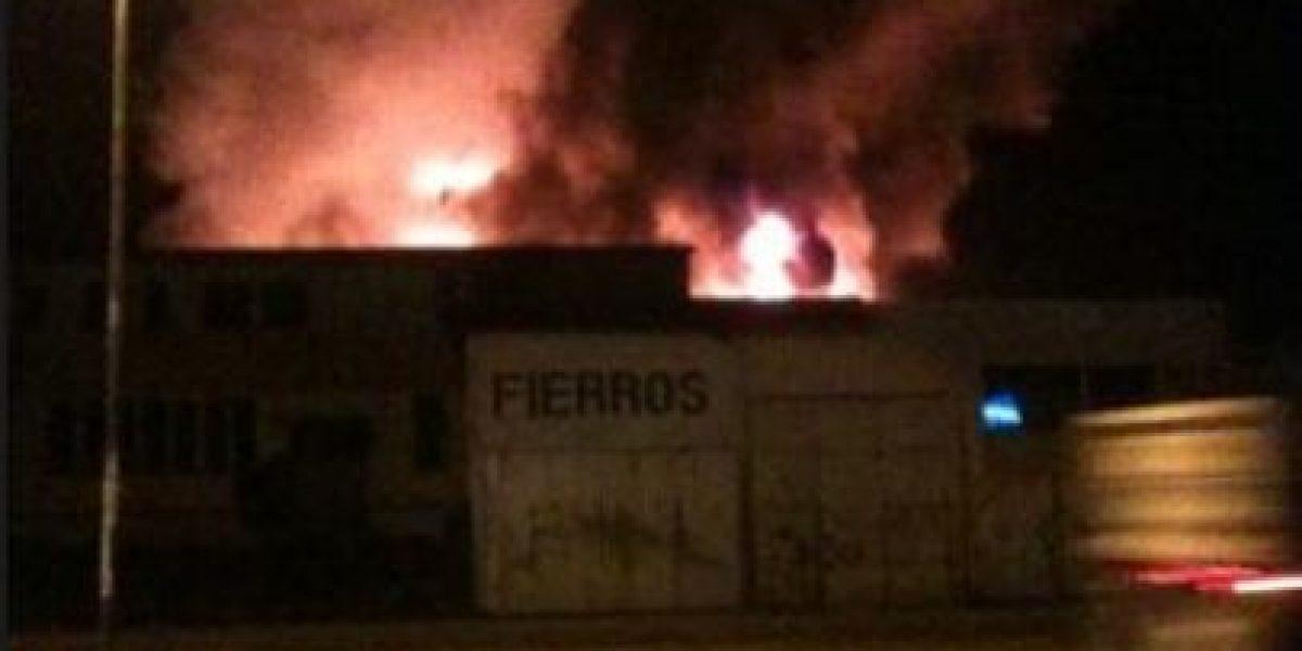 Voraz incendio afecta a locales comerciales en el centro de Concepción