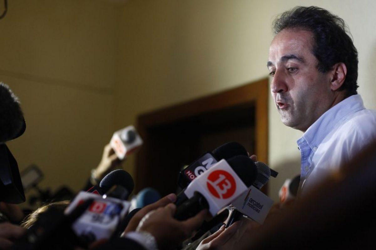 El candidato a alcalde, Pablo Zalaquett, se retira de la sede de la Union Demócrata Independiente (UDI), donde se refirió a la renuncia a la candidatura presidencial por la Alianza. Foto:AGENCIA UNO. Imagen Por: