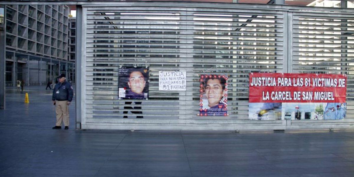 [FOTOS] Familiares realizan homenaje a reos muertos en incendio de San Miguel