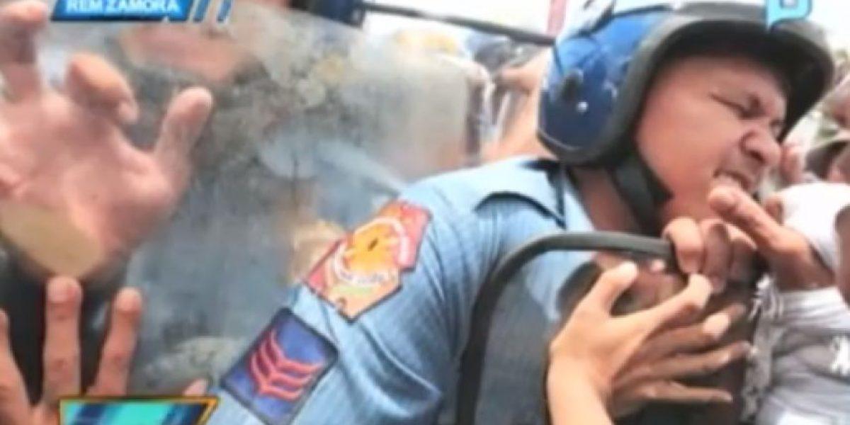 Galería: Cámaras captan a policia que llora en medio de protesta en Filipina