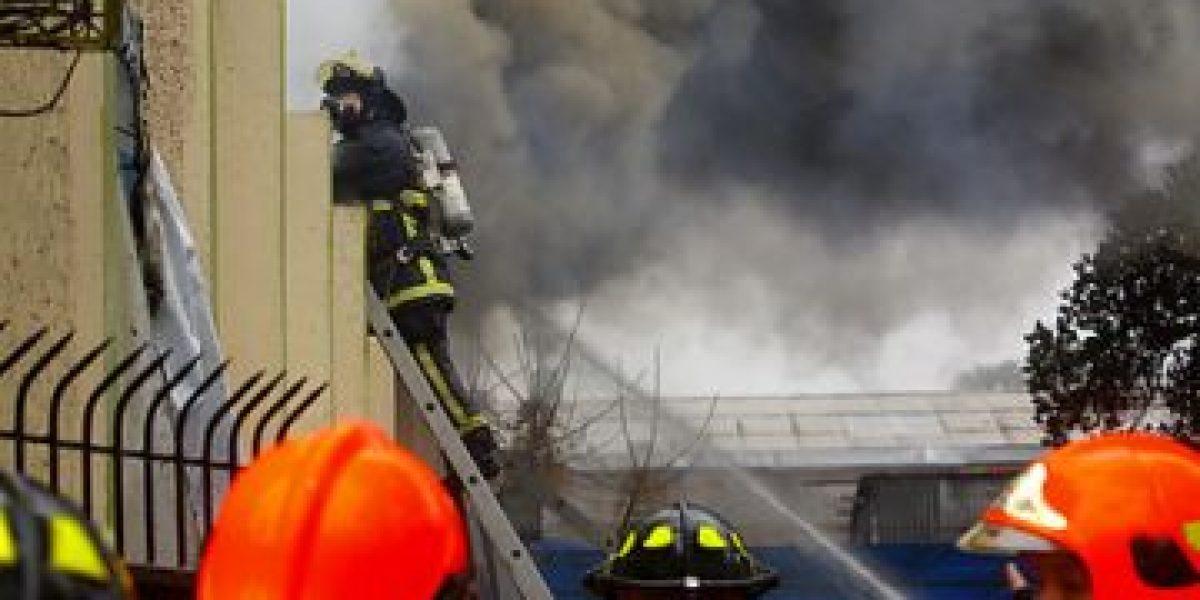 Incendio afecta a casa al lado de escuela básica en centro de Santiago