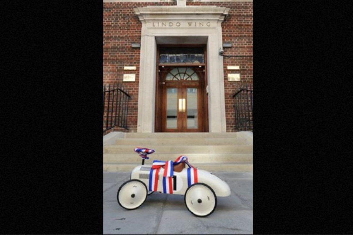 Su propio vehículo  Este juguete tradicional le fue obsequiado por un fan de la realeza británica, quien esperó el anuncio oficial para saber el sexo del bebé y llevar su regalo. Foto:Publimetro México. Imagen Por: