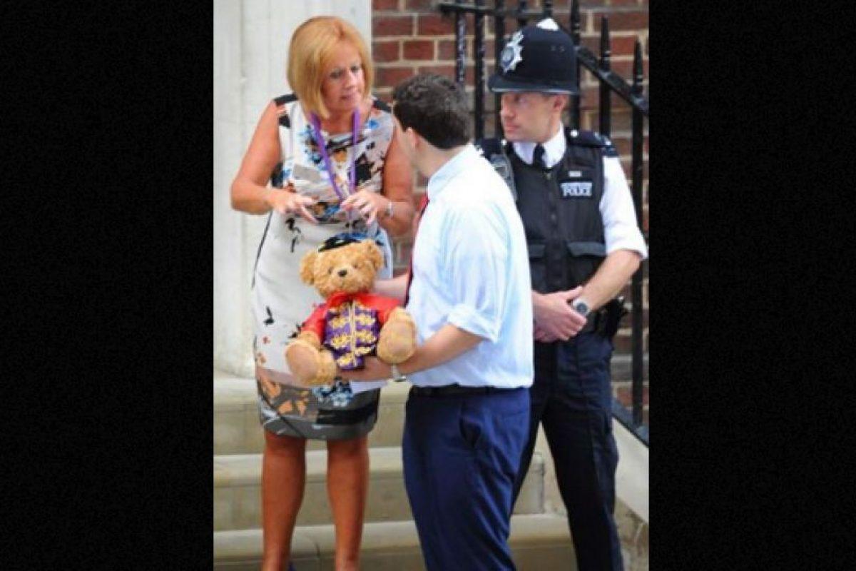 Para dormir acompañado  Un ciudadano londinense le regaló un osito de peluche, el cual llevó hasta las puertas del hospital St. Mary, en donde George nació. Foto:Publimetro México. Imagen Por: