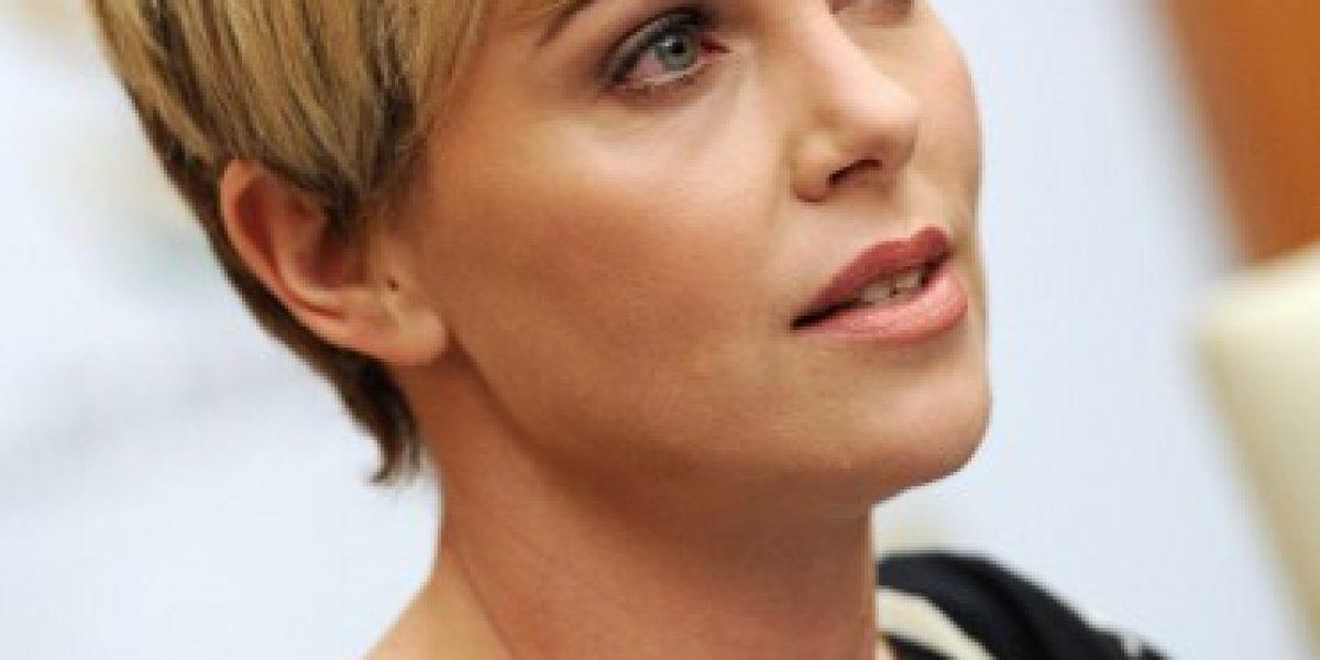 Charlize Theron anima a los jóvenes sudafricanos a luchar contra el sida