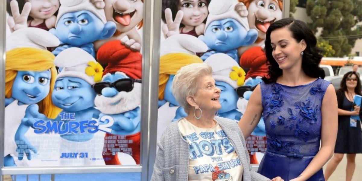 Abuela de Katy Perry aparece con controvertida polera en premiere de