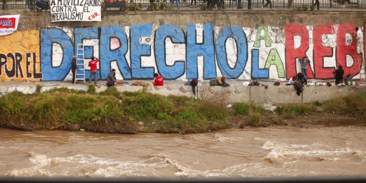 [FOTOS]Pintan gran mural conmemorativo de los 40 años del Golpe en el Mapocho