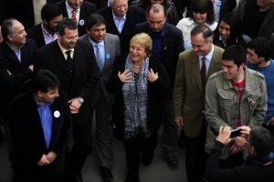 La candidata por la nueva mayoría Michelle Bachelet llegó hasta la plaza Villa Tacna Foto:Agencia Uno. Imagen Por: