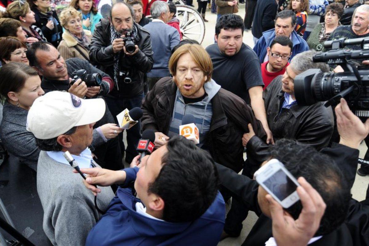 Mientras la ex presidenta daba su discurso una persona protestó por la ley Monsanto. El manifestante fue expulsado por simpatizantes de Bachelet.. Imagen Por:
