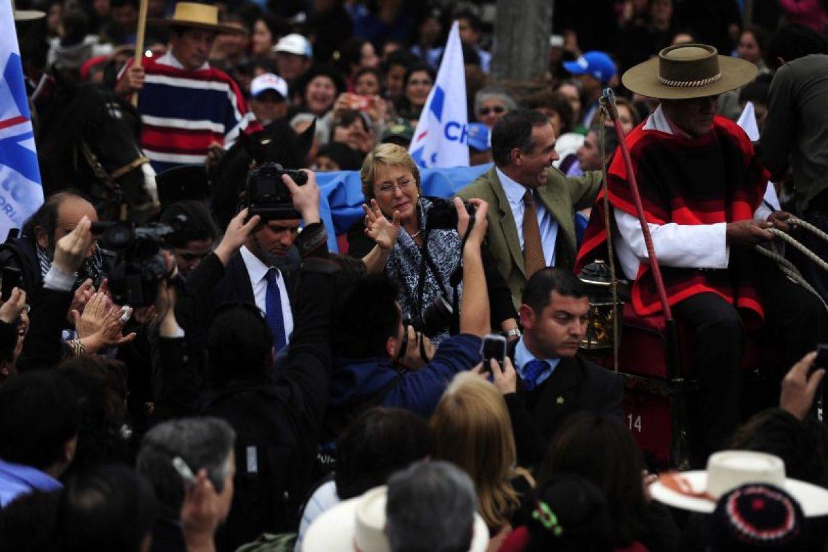 La candidata por la nueva mayoría Michelle Bachelet llegó hasta la plaza Villa Tacna, donde fue recibida por ciudadanos de la comuna de Limache, quienes intentaban poder llegar a ella con total euforia. Foto:Agencia Uno. Imagen Por: