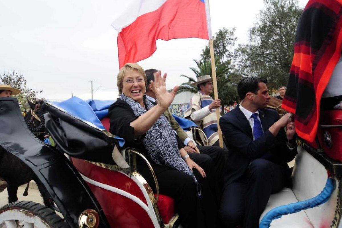 La candidata por la nueva mayoría Michelle Bachelet llegó en una victoria hasta la plaza Villa Tacna donde fue recibida por ciudadanos de la comuna de Limache. Foto:Agencia Uno. Imagen Por: