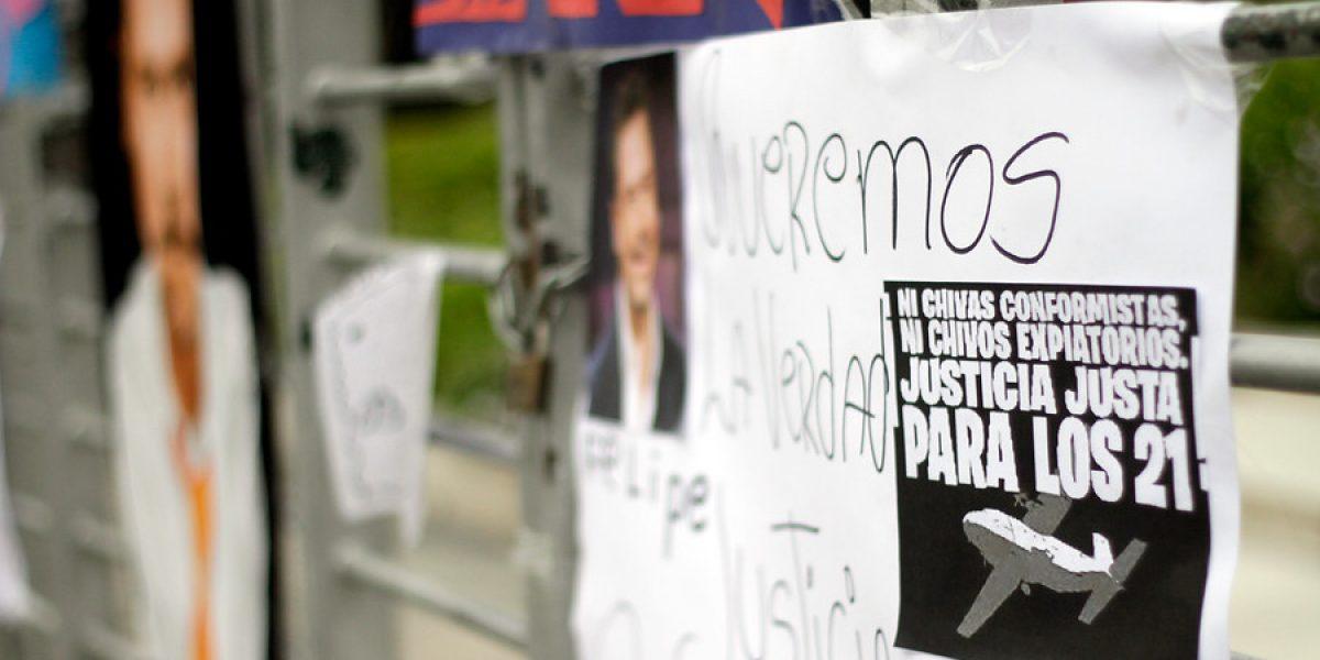 Seguidoras dejan recuerdos en frontis de TVN por aniversario de la tragedia de Juan Fernández