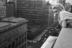 Manitas creativas: La típica historia de la secretaria y el jefe, pero en Los Ángeles, en 2006. Decidieron experimentar, en el balcón de su hotel y al cambiar de posición, la mujer se cayó del edificio. Por supuesto, el jefe fue a un juicio de asesinato porque el fiscal no creía la historia. Pero el jurado lo declaró inocente Foto:Publimetro México. Imagen Por: