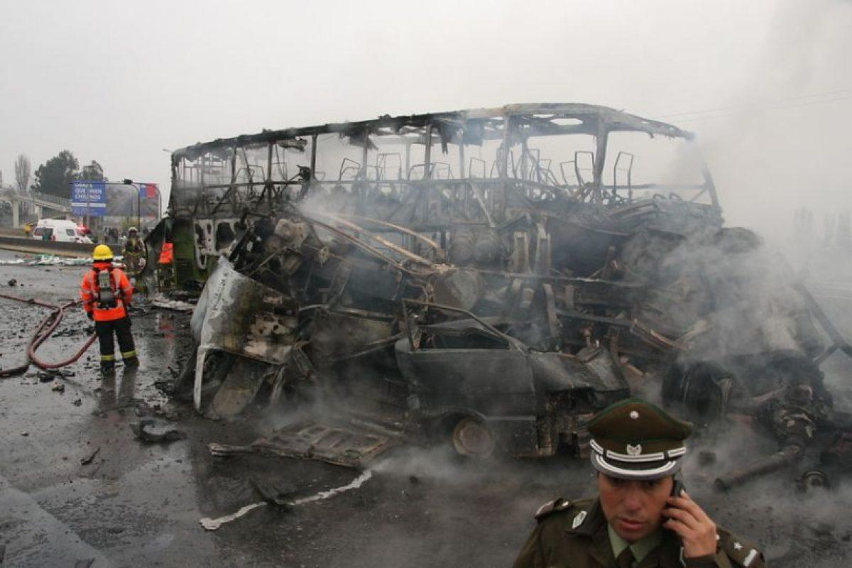 En la imagen se puede ver cómo quedó el bus de la empresa Tur Bus, que esta tarde se incendió tras ser impactado por un camión que venía en sentido contrario. El hecho ocurrió en plena ruta 5 Sur, a la altura del peaje Angostura en San Francisco de Mostazal. Foto:Agencia Uno. Imagen Por:
