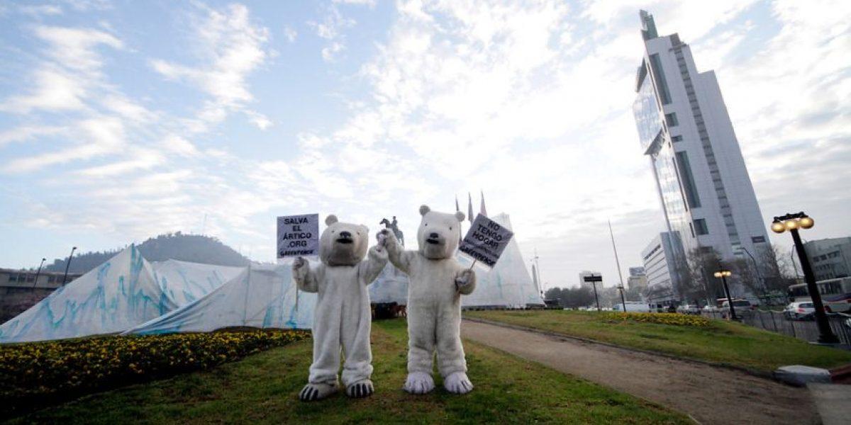 Intervención urbana: Plaza Italia amanece con un iceberg y dos osos polares