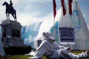 """Osos polares en bicicleta participan en intervención de Greenpeace, con el fin de invitar y hacer un llamado a los transeúntes para """"ayudar a salvar su hábitat que está en peligro: el ártico"""". Foto:Agencia Uno. Imagen Por:"""