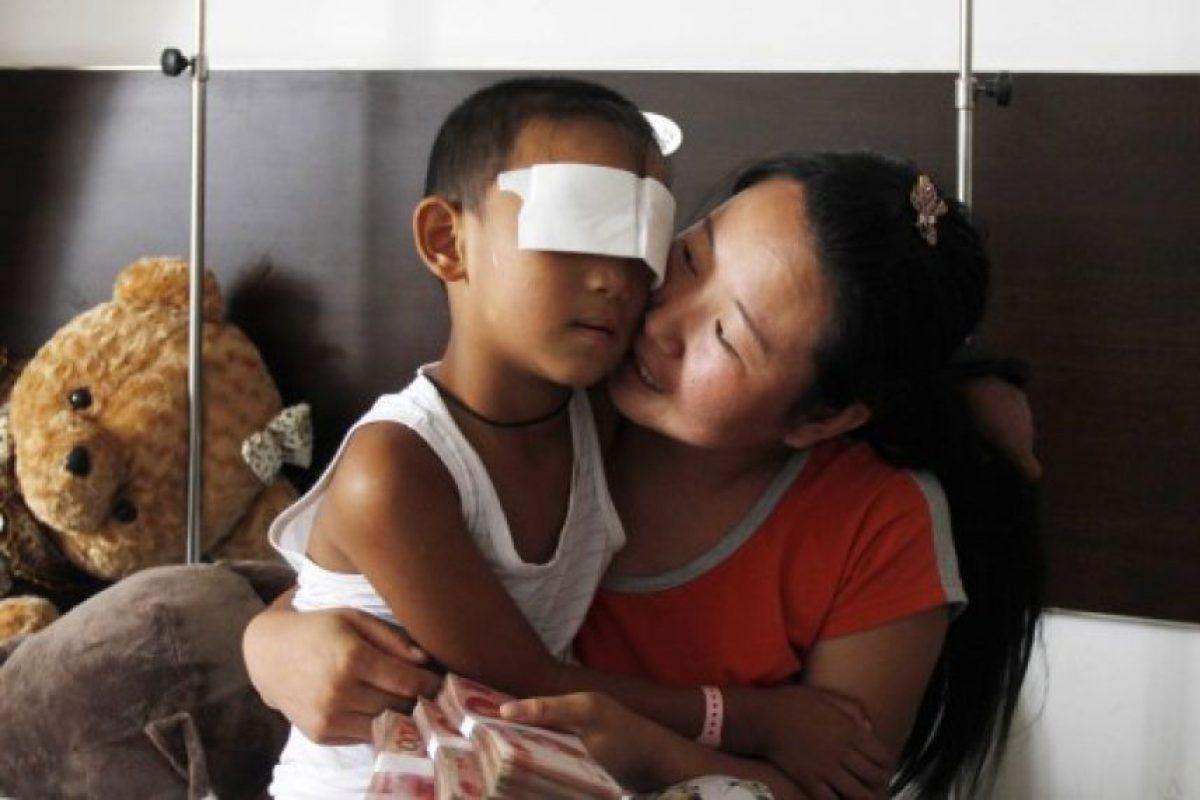 Guo Bin, de 6 años, junto a su madre Foto:AFP. Imagen Por: