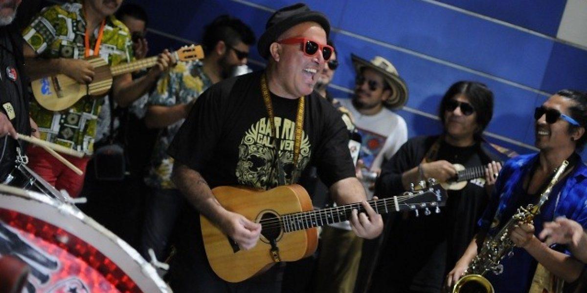 Chico Trujillo y Joe Vasconcellos sorprendieron a pasajeros del metro en Estación Tobalaba