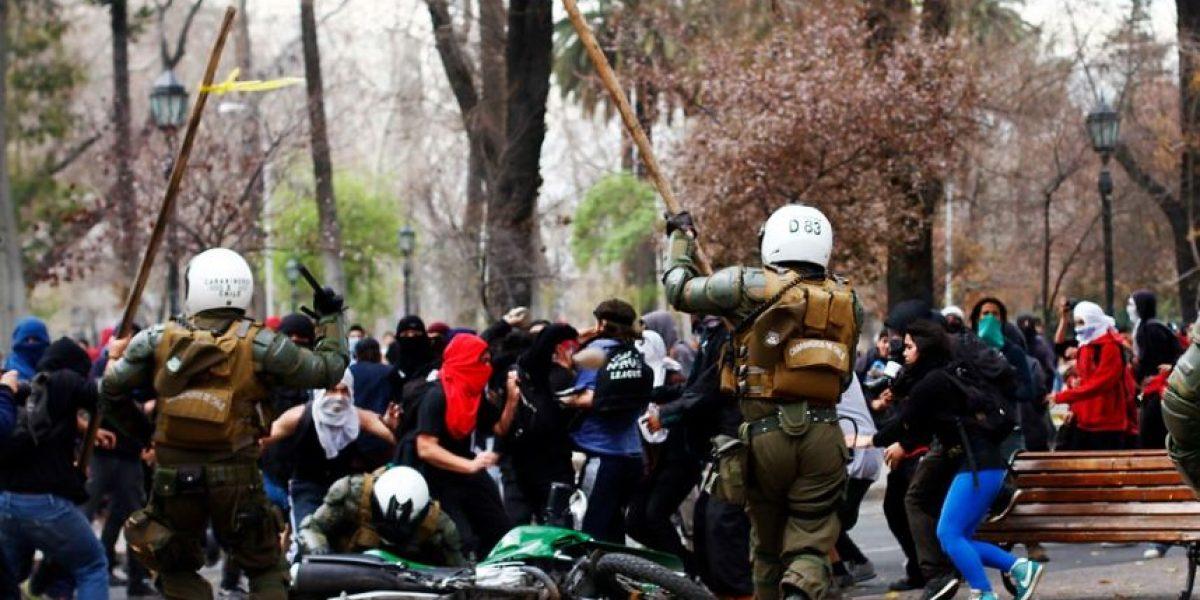 Incidentes tras marcha: Carabineros socorre con palos a compañero caído