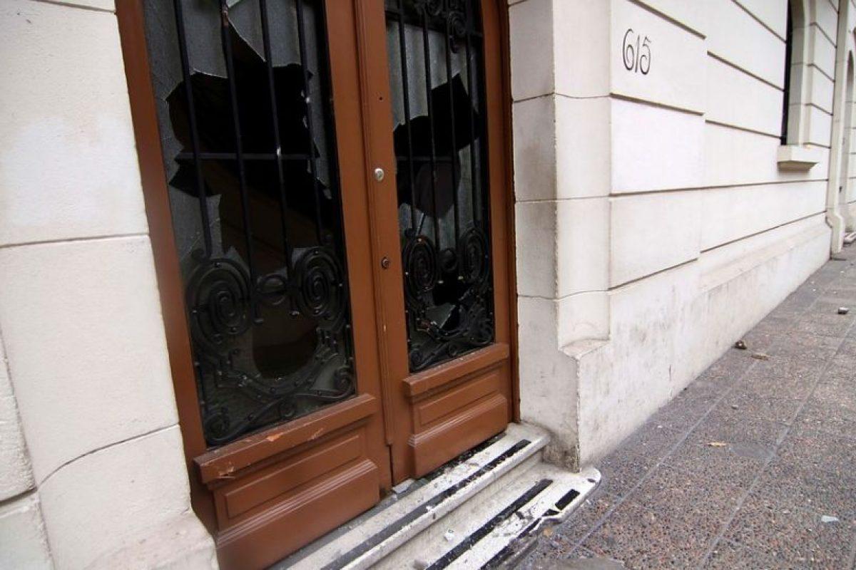 Un ataque por parte de encapuchados a la sede del SERVEL terminó con enfrentamientos contra Fuerzas Especiales de Carabineros. Foto:Agencia Uno. Imagen Por: