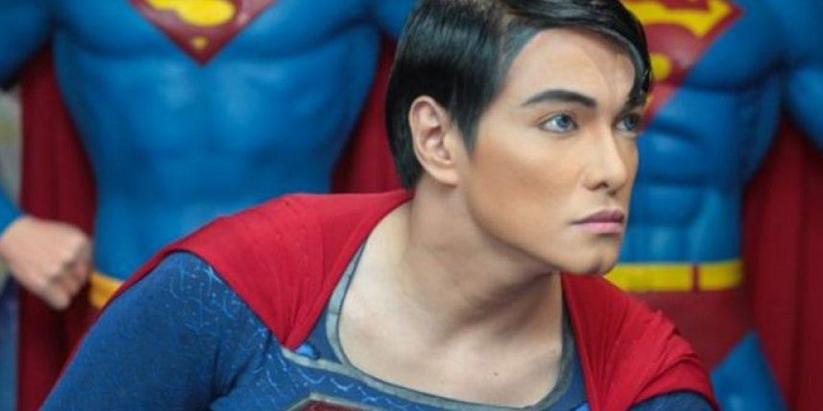 Hombre se ha realizado 19 cirugías para ser igualito a Superman