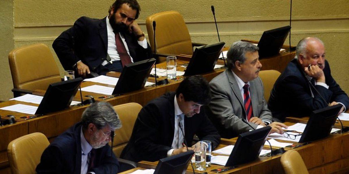 [FOTOS] Sorprenden al diputado Gutiérrez (PC) durmiendo en plena sesión