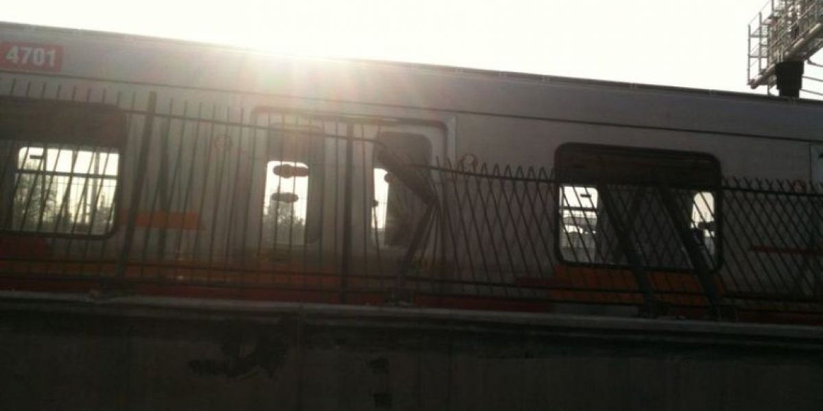 Camión impacta rejas del Metro, obliga a evacuar vagón y suspende servicio