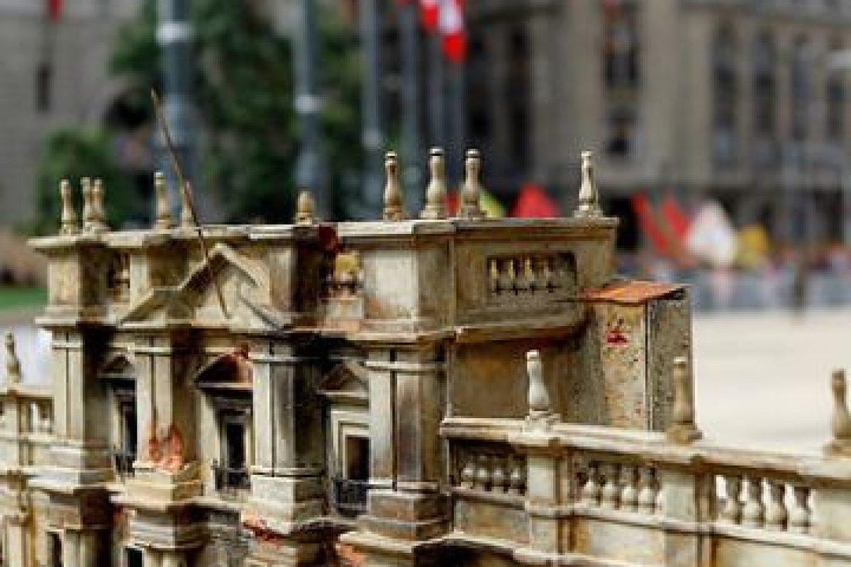 Una maqueta del Palacio de La Moneda como quedó después de los bombardeos del ´73, es expuesta en la Plaza de La Constitución conmemorando los 40 años del Golpe Militar. Imagen Por: