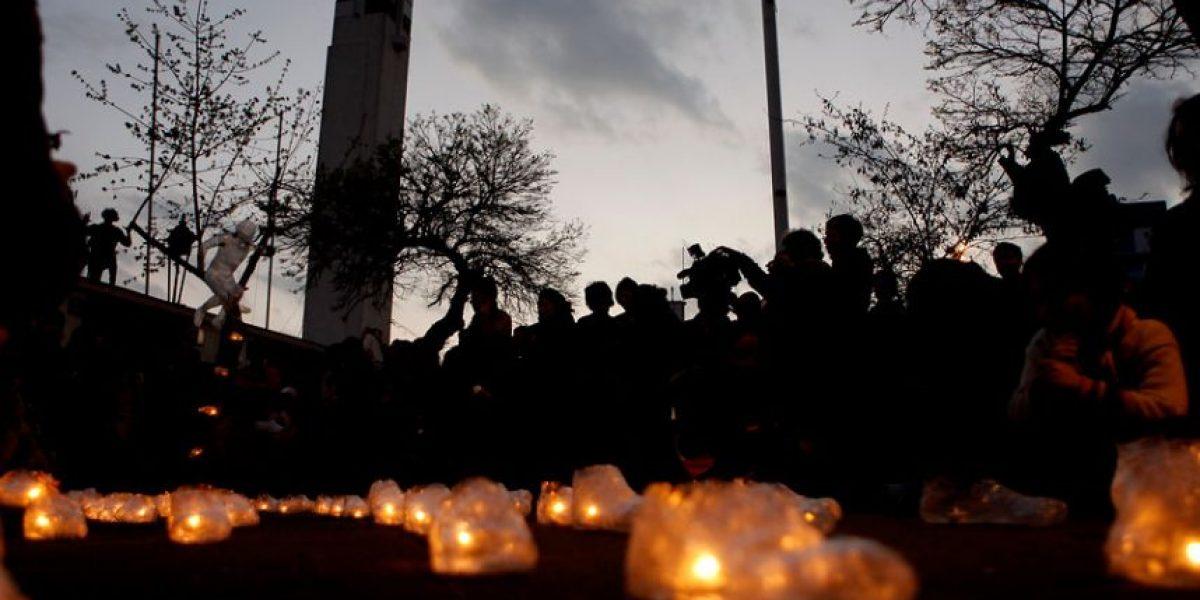 [FOTOS] Con velatón afuera del Estadio Nacional recuerdan a víctimas de la dictadura