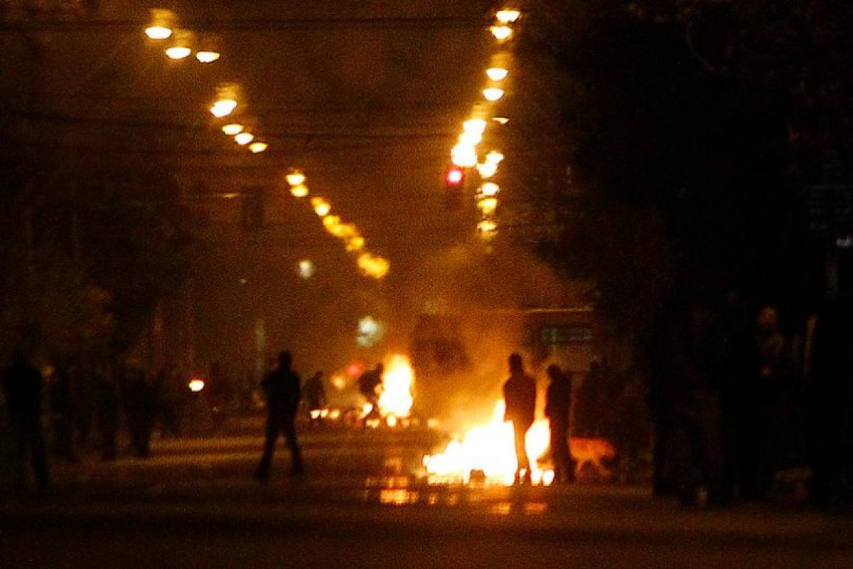 Manifestantes mantienen bloqueada con barricadas la intersección de las calles Bahía Catalina y San Miguel, sector de La Florida donde además habrían quemado un bus del Transantiago, durante la conmemoración de los 40 años del golpe militar el 11 de Septiembre de 1973 Foto:Agencia Uno. Imagen Por: