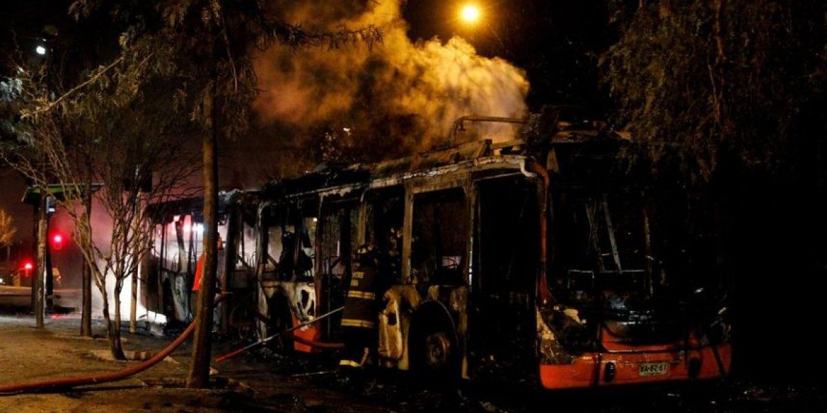 [FOTOS] Tres buses incendiados y serios disturbios se desatan en noche del