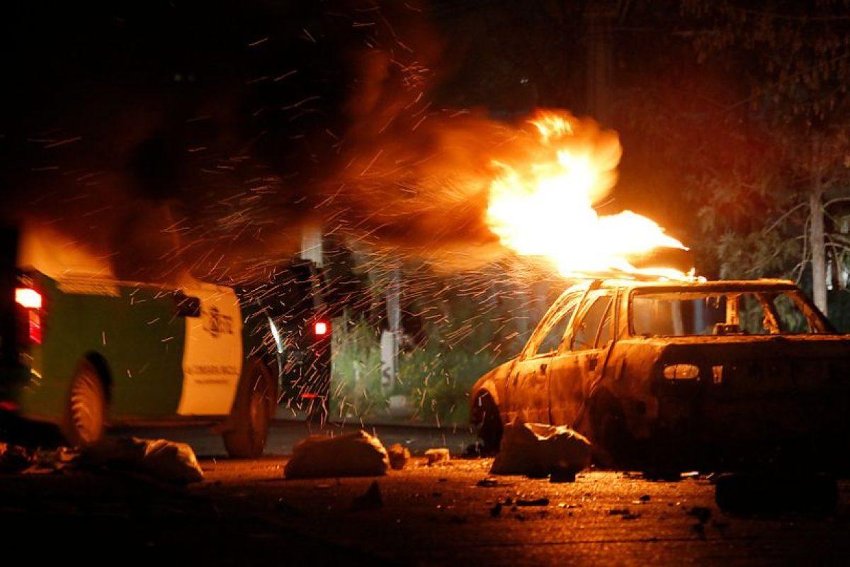 Un grupo de jóvenes quemó un auto en la esquina de Av. Macul con calle los Espinos, comuna de Macul. En este lugar continúan los disturbios y los enfrentamientos con carabineros durante la conmemoración de los 40 años del golpe militar Foto:Agencia Uno. Imagen Por:
