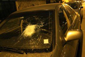 En tanto, un móvil de prensa del diario La Tercera también fue atacado con piedras en el sector de Guanaco con Vespucio Norte, en la comuna de Conchalí Foto:Agencia Uno. Imagen Por: