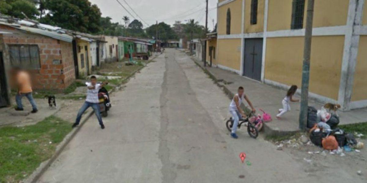 Galería: Hombre le apunta con un arma a auto de Google Street View