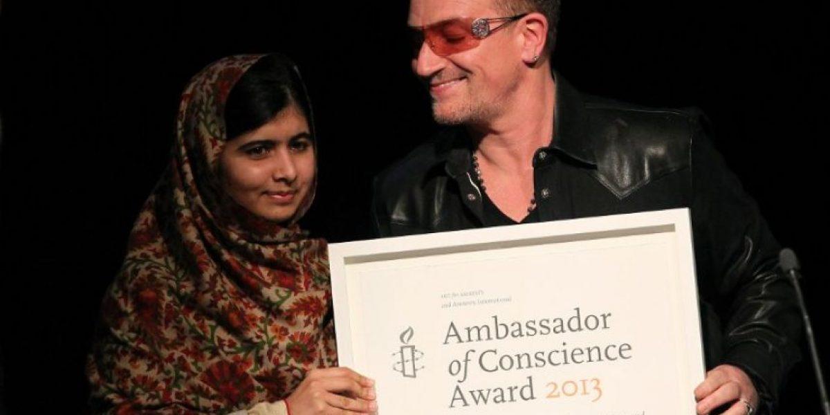 Bono entrega a Malala Yousafzai premio de Amnistía Internacional
