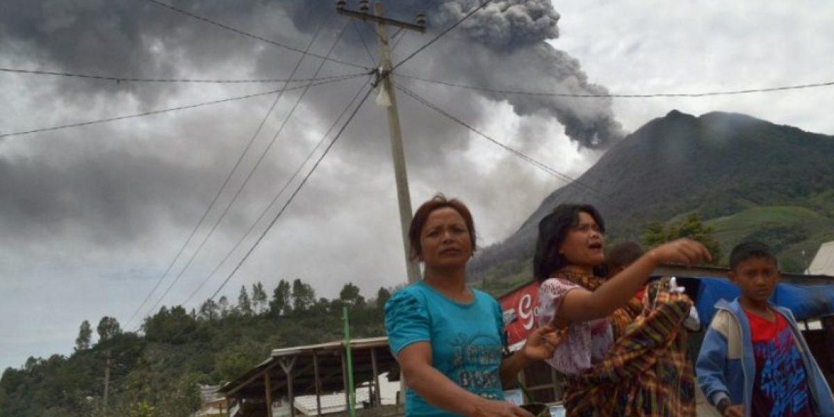 Fotos: Erupción de un volcán hace huir a 10 mil personas en Indonesia