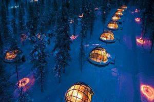 Hotel Kakslauttanen en Finlandia. Hotel conformado por iglús de cristal. Imagen Por: