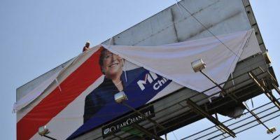 Manifestantes desmontan gigantografía de Bachelet y Matthei en Macul