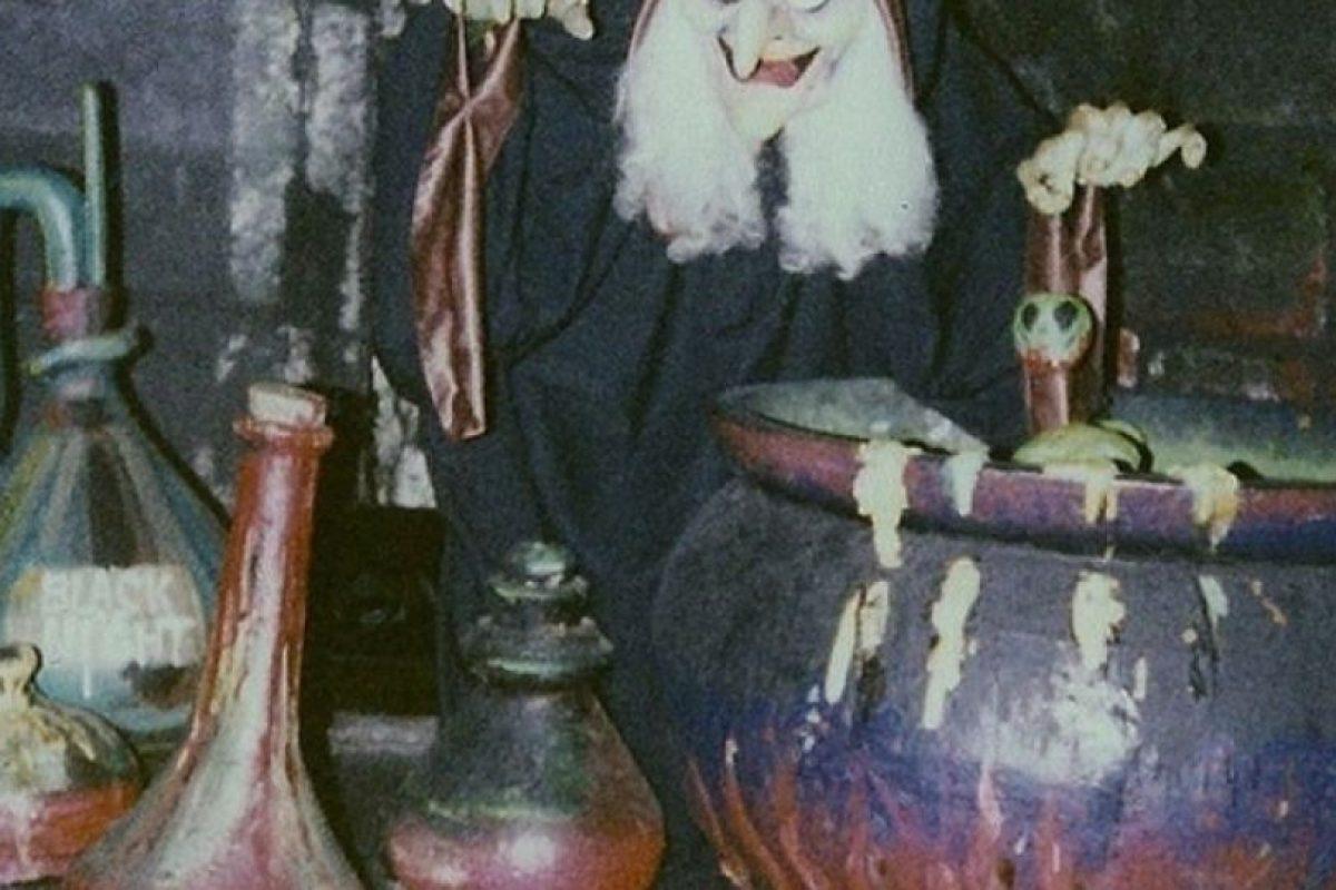 ¿Se imagina usted tener cuatro añitos, entrar a la atracción de Blancanieves, y encontrarse con esta vaina? Esto fue en 1994. Tuvieron que cambiar el juego, porque era demasiado… perturbador.. Imagen Por: