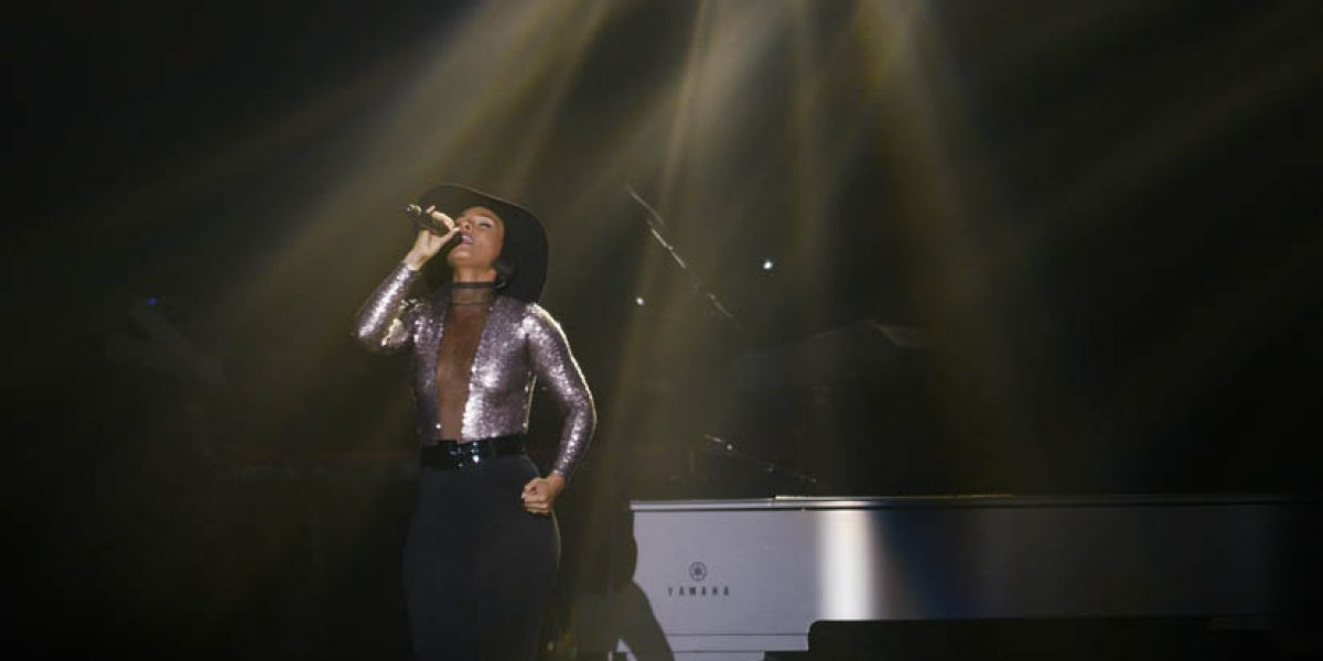 Alicia Keys hace vibrar al ritmo del soul a 11 mil fanáticos