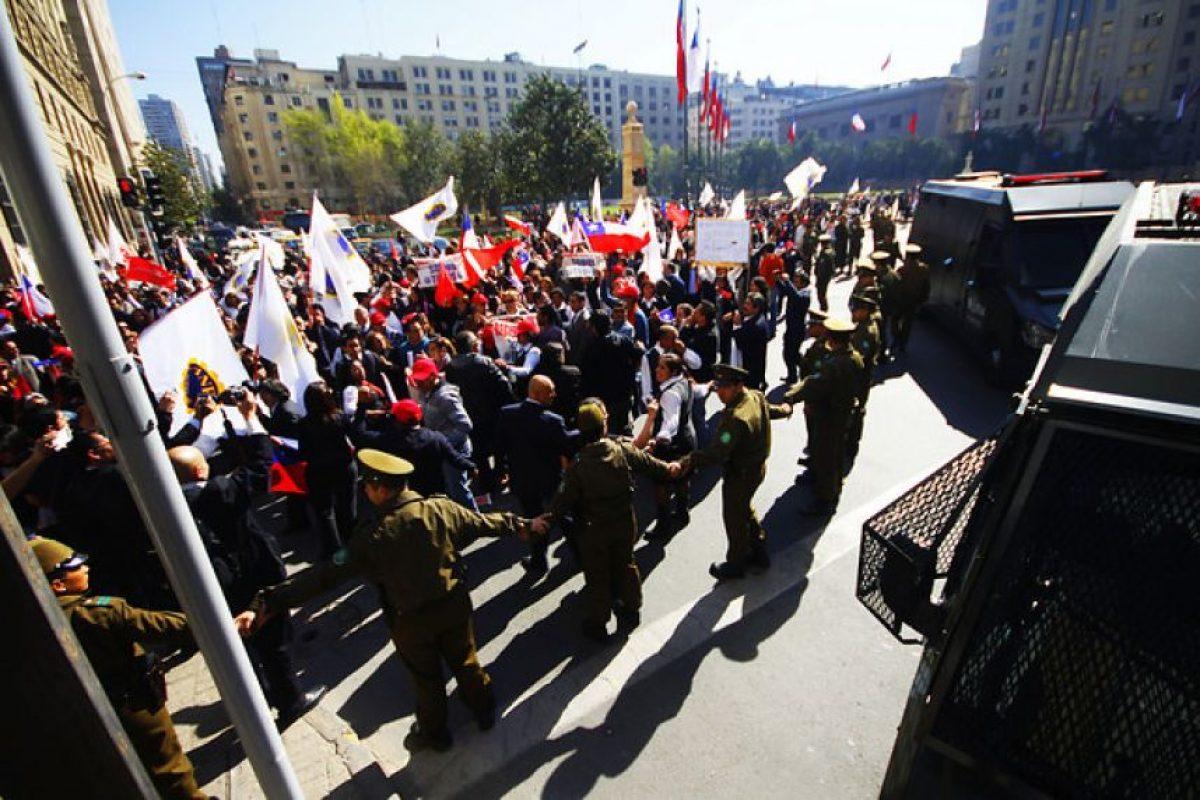 Funcionarios del Registro Civil acompañados por funcionarios de la ANEF se manifiestan en la Plaza de la Constitución frente a La Moneda en el marco del Paro Ilegal por mejoras en las remuneraciones.. Imagen Por: