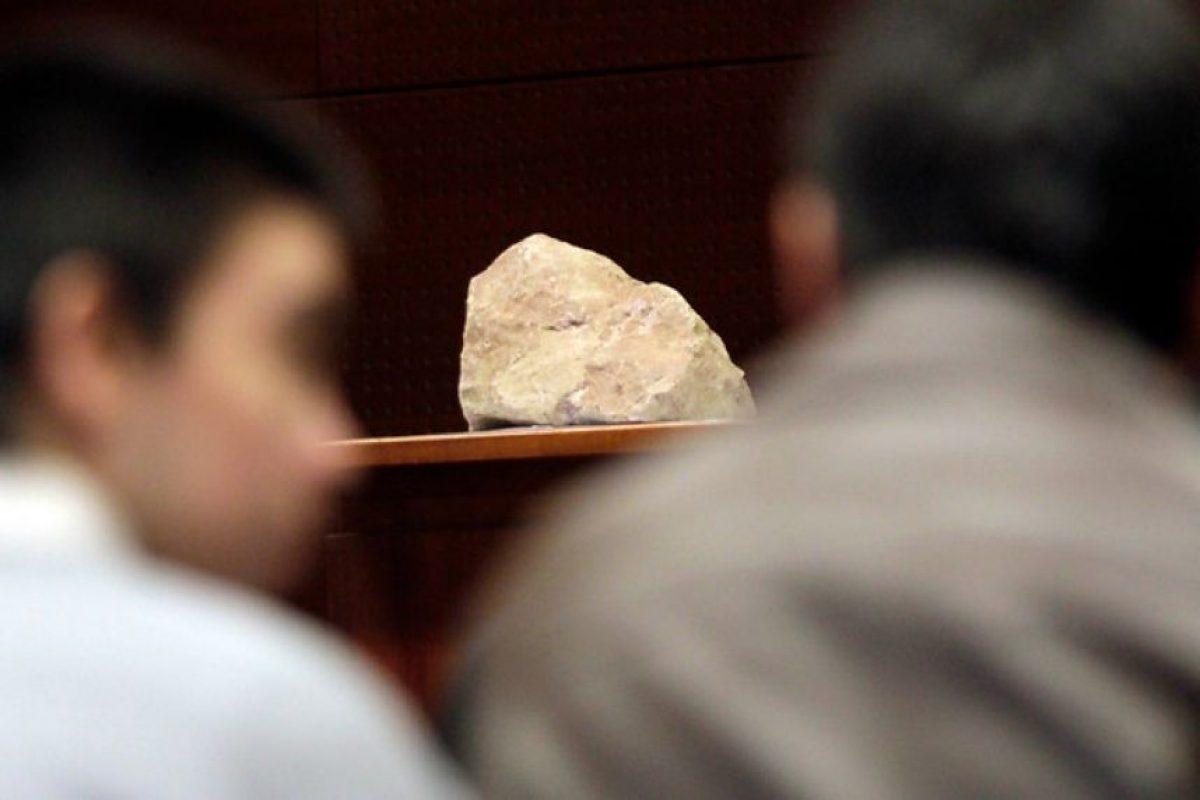 Se exhibe nuevamente como evidencia la roca con la que fue golpeado el joven, durante el tercer día del juicio oral en el centro de justicia por la muerte de Daniel Zamudio Foto:Agencia UNo. Imagen Por: