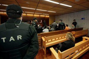 Gendarmes custodian a los imputados, durante el cuarto día de juicio oral en el centro de justicia en contra de los cuatro imputados por la golpiza a Daniel Zamudio. Imagen Por: