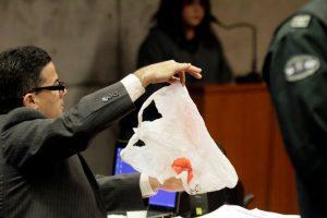 El fiscal Ernesto Vásquez exhibe una bolsa como prueba Foto:Agencia UNo. Imagen Por: