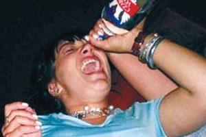 Beber alcohol por los ojos no solo hará que estos se irriten. Probablemente quede con problemas de visión y con cicatrices y NO se emborrache. Foto: Sumario. Imagen Por: