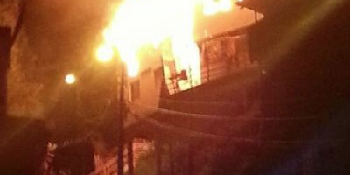 FOTOS: Incendio en cerro Ramaditas de Valparaíso destruye tres casas
