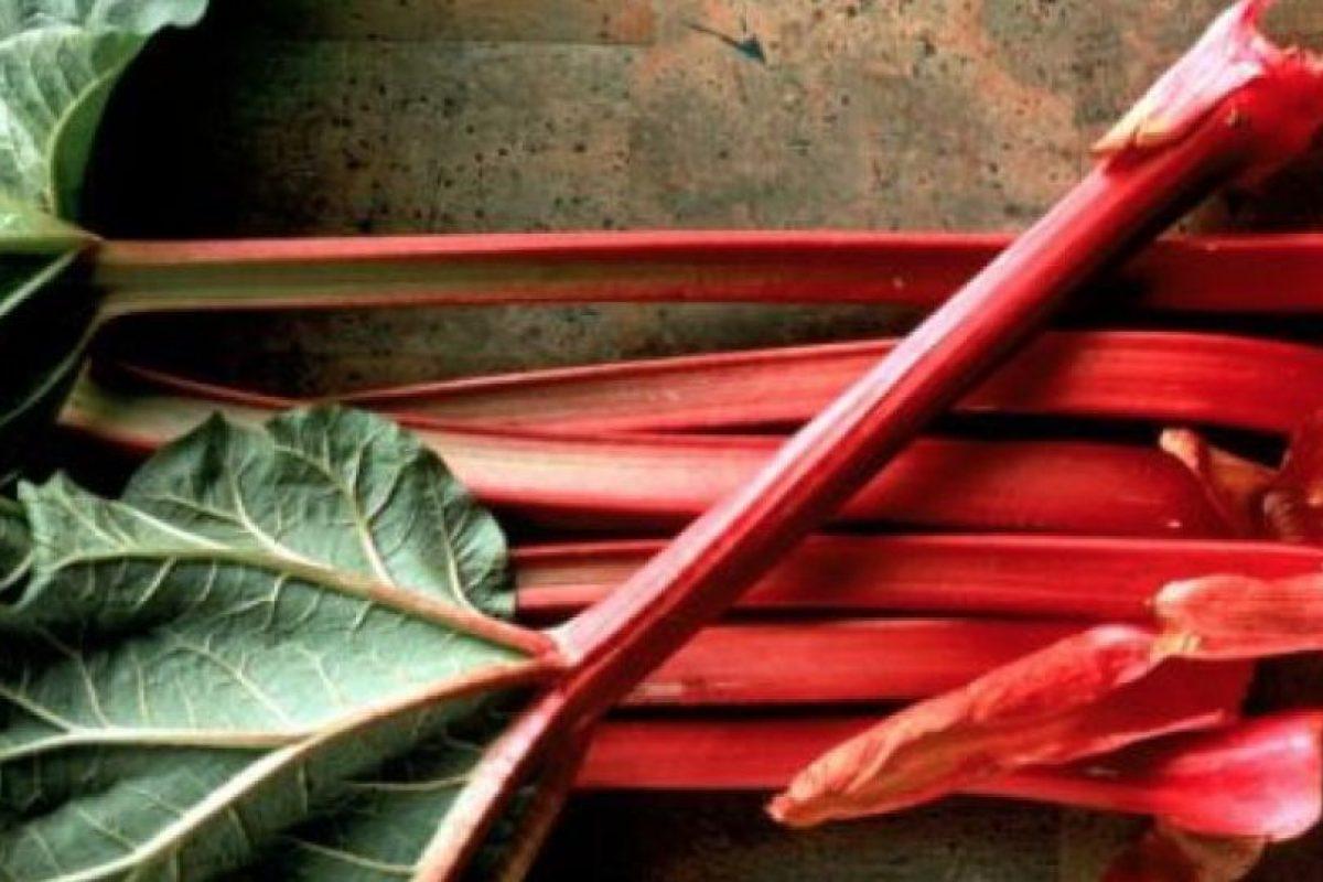 Ruibarbo El tallo del ruibarbo, utilizado frecuentemente en la pastelería, puede ser muy peligroso. Cocinado o crudo, su ingesta en grandes cantidades puede llevar al envenenamiento debido a las sustancias toxicas que contiene. Foto: Getty Images. Imagen Por: