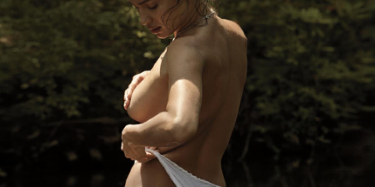 Irina Shayk se sacó su foto más hot para una revista masculina