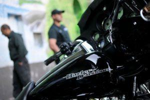 El Club Harley Davidson Chile realizó una presentación de sus mejores motos en el óvalo del penal, donde se informó del futuro taller mecánico de la prestigiosa marca al interior del penal como parte del proceso de rehabilitación de Gendarmería. En el centro de detención preventiva Santiago Sur. Foto:Agencia Uno. Imagen Por: